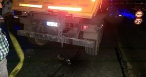 Başı kamyonun dorsesine sıkışarak can verdi!