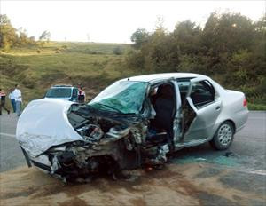 Minibüs ile otomobil çarpıştı: 1 ölü, 2 yaralı