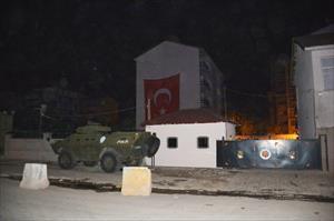 Teröristler polis lojmanlarına saldırdı
