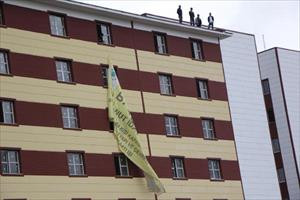 İşçiler çatıya çıktı, polis afişin derdine düştü