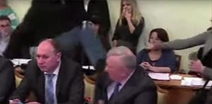 Ukrayna Meclisinde vekilin yüzüne tekme !