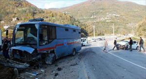 Cezaevi nakil aracı otomobille çarpıştı: 2 yaralı