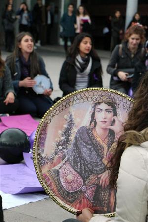 Üniversitelilerden tefli, 'kadına şiddet' protestosu