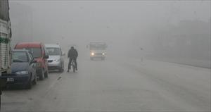 Buzlanma ve sis karayolunu ulaşıma kapattı