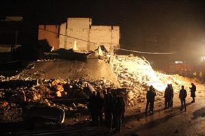 Suriyelilerin kaldığı bina çöktü