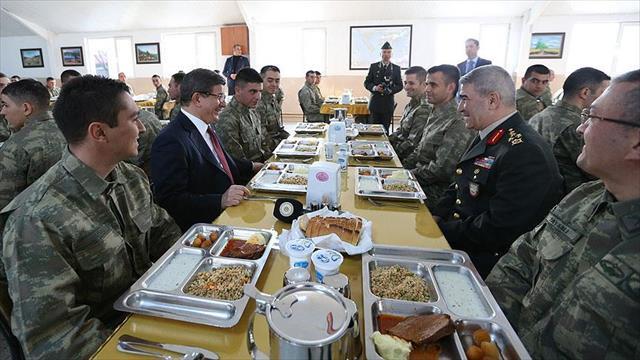 Davutoğlu askerlerle karavanada yemek yedi