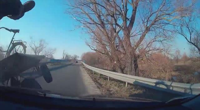 Otomobilin çarptığı at arabasındakiler böyle savruldu!