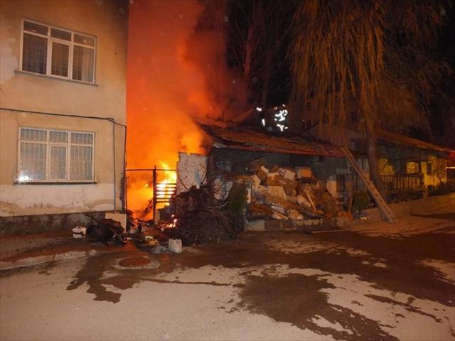 Yanan hurda dolu ev güçlükle söndürüldü