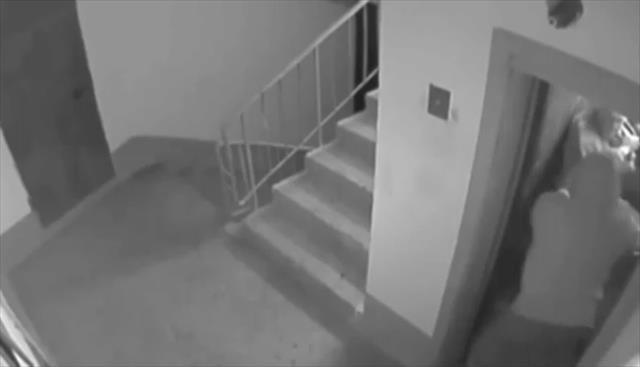 Yaşlı adamı asansörde gasp ettiler