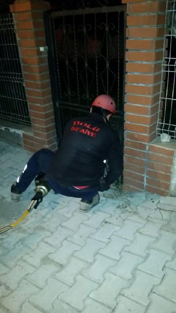 Demir parmaklıklara sıkışan sokak köpeğini itfaiye kurtardı