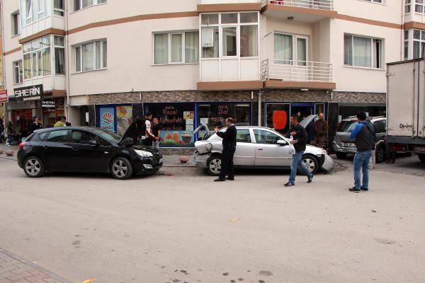 Freni boşalan otomobil, iki araçla, motosiklete çarptı