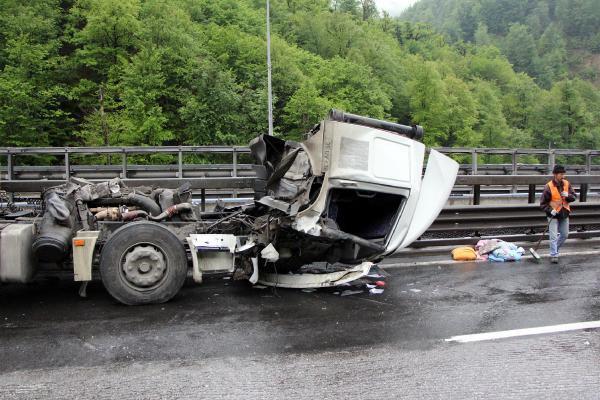 Tünel çıkışında TIR kazası TEM'i kapattı