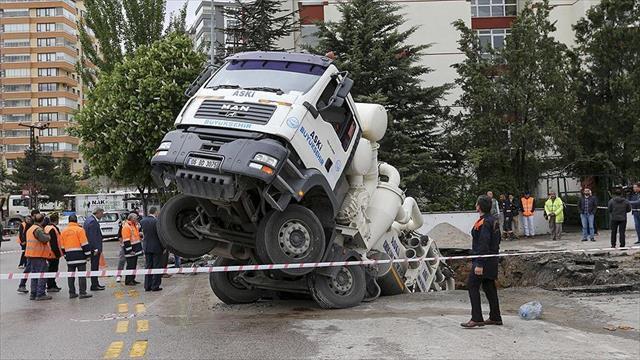 Foseptik çukuruna otomobilin ardından kamyon düştü
