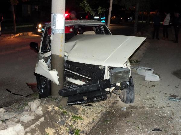 Otomobil aydınlatma direğine çarptı: 5 yaralı