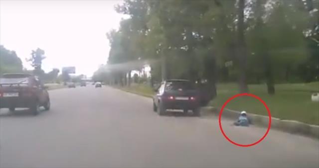Küçük çocuk seyir halindeki araçtan düştü