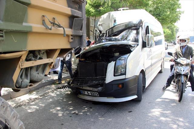 Öğrenci servisi askeri araca çarptı: 8 yaralı