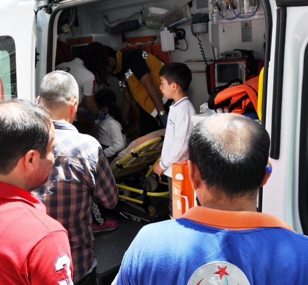 Gaziantep'te servis minibüsü askeri kamyona çarptı: 8'i öğrenci 9 yaralı