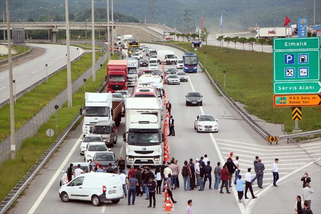 Esnaf TEM'i ve D-100'ü trafiğe kapattı !