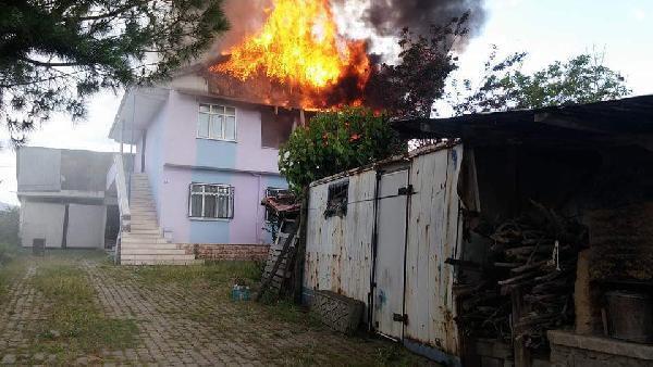 Akyazı'da 2 katlı ev, yangında kullanılmaz hale geldi