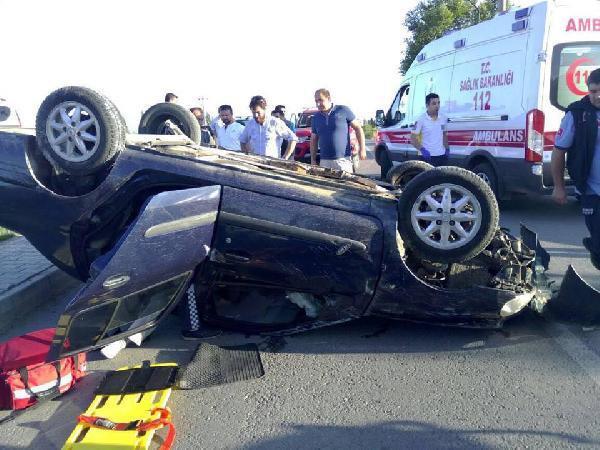 Edremit'te takla atan otomobilde sıkışan 2 kişi yaralandı