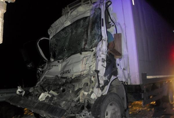 Park halindeki kamyona çarpan kamyonetin sürücüsü öldü