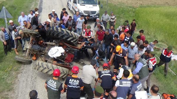 Traktörün altında kalan ceset, köylülerin traktörü kaldırmasıyla çıkartıldı