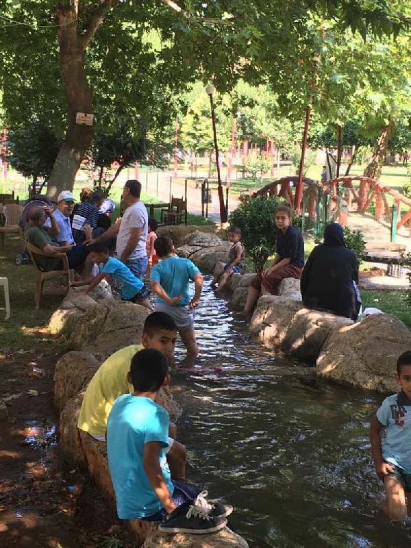 İslahiye'de çocuklar süs havuzunda serinliyor