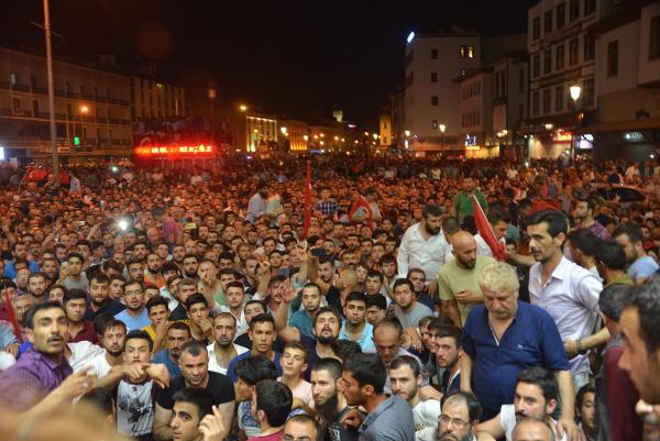 Konya, Aksaray ve Karaman'da halk darbe girişimine karşı meydanlarda toplandı