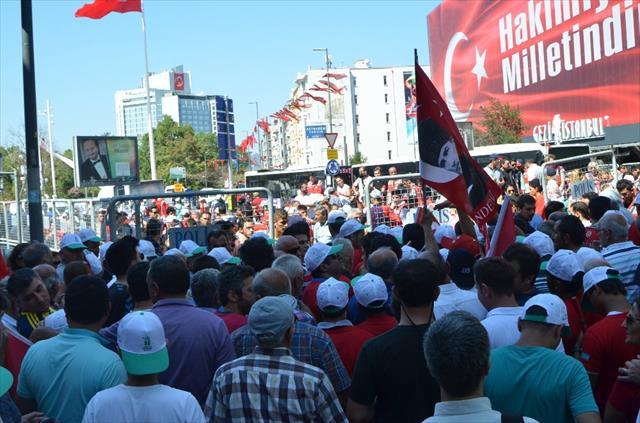 Vatandaşlar Taksim'e akın ediyor