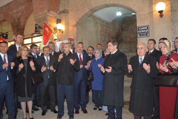 Davutoğlu ile bereket duası yaptıran emekli öğretmen, FETÖ'den gözaltına alındı