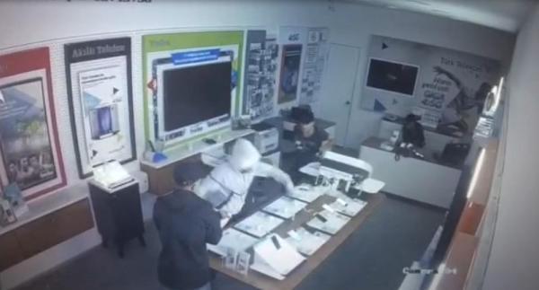 Vitrin camını kırıp cep telefonlarını çaldılar