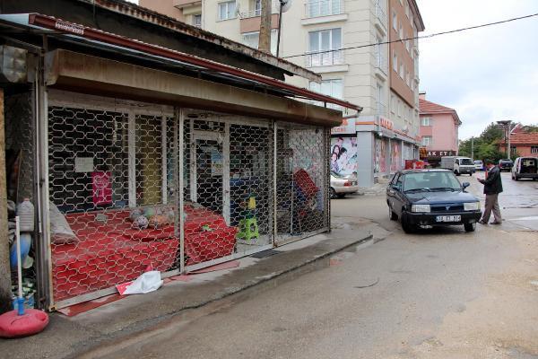 20 yıllık bakkal dükkanının mühürlenmesine tepki gösterdi