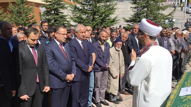 Bakan Bozdağ akrabasının cenaze törenine katıldı