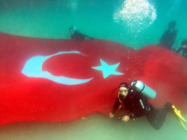 Denizin dibinde Türk bayrağı açtılar