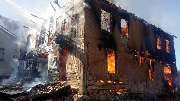 Bolu'da 2 katlı ev ve samanlık kül oldu