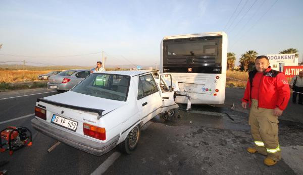 Halk otobüsüne çarpan otomobilin sürücüsü öldü