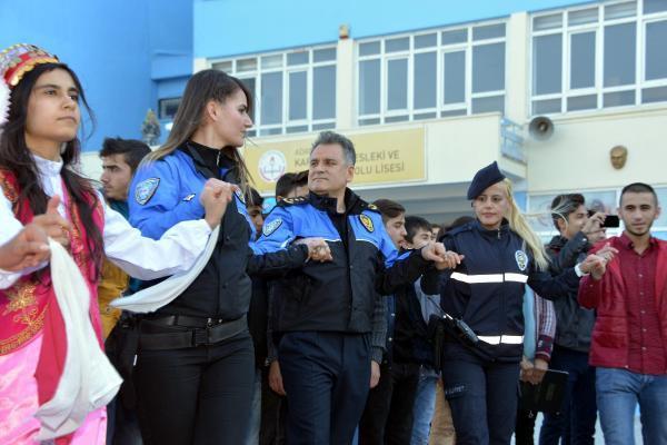 Polis-öğrenci halayı