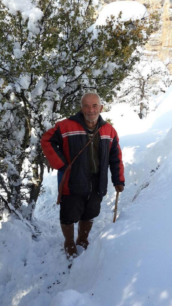 Karda 5 gündür mahsur kalan çobanı, köylüler kurtardı