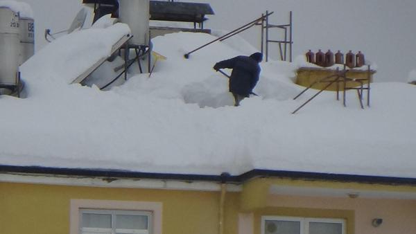 Karaman'da çatılarda tehlikeli kar temizliği