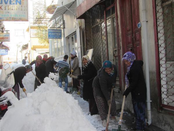 Kadın işçilerden kar temizliği