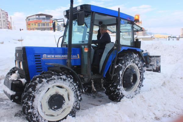 Muhtar, traktörüyle mahallede kar temizliği yapıyor