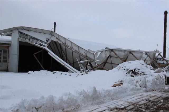 Çatıları karın ağırlığına dayanamayarak çöktü