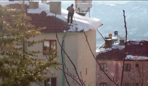 Çatıda korkutan kar temizliği