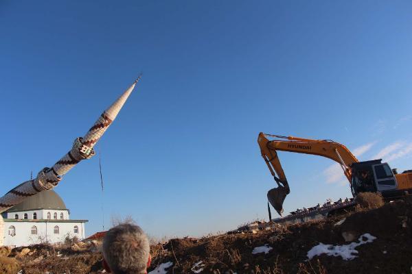 Tehlike yaratan minare çelik halatla yıkıldı