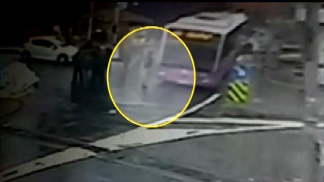 İETT otobüsün ünlü spikere çarpma anı kamerada