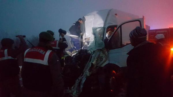 Buzlanan yolda ik ayrı kaza: 3 yaralı