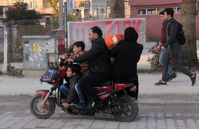 Elektrikli bisiklete 5 kişi bindiler