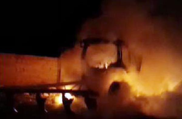 Şanlıurfa'da park halindeki traktör yandı