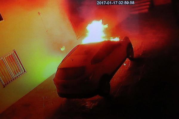 Otomobilin kundaklanması güvenlik kamerasında
