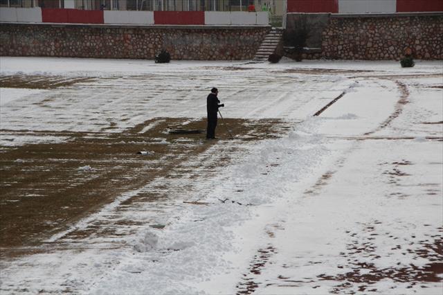 Koca stadı tek başına temizliyor